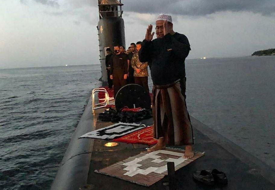 Sholat Berjamaah di Atas Kapal Selam