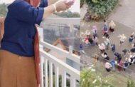 Bagi-bagi Rezeki, Wanita Ini Sawer Duit Rp100 Juta dari Balkon Rumahnya
