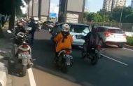 Pengendara Motor Berjatuhan Akibat Licin Tumpahan Solar di Jalan TB Simatupang