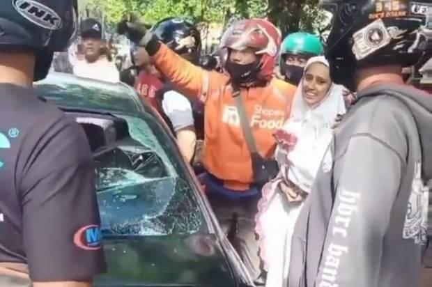Vios Hitam Tabrak Lari Motor di Bandung, Aksi Kejar-Kejaran Warga Seperti Film Action